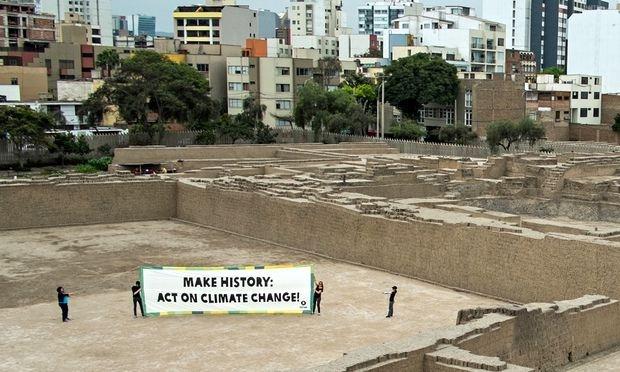 Oxfam-banner-in-Lima-Peru-010